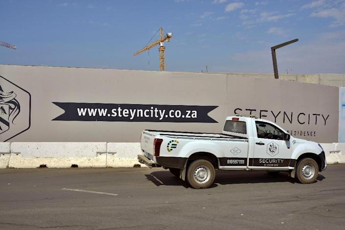"""The Steyn City developers have completed about 250 of the 10,000 planned homes at the enclosed lifestyle housing complex in Midrand, South Africa Green, tidy, with safe public areas and winding bicycle paths -- Steyn City is a vast """"self-sufficient"""" development outside Johannesburg that highlights growing controversy over South Africa's divided urban society. (AFP Photo/Mujahid Safodien)"""