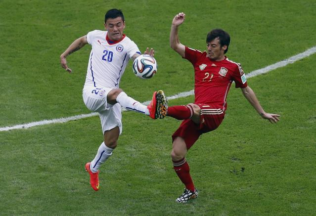 Chile's Aranguiz fights for the ball with Spain's Silva during their 2014 World Cup Group B soccer match at the Maracana stadium in Rio de Janeiro