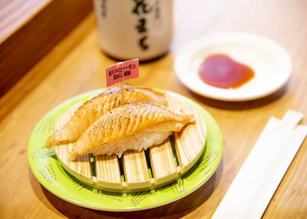 Broiled fatty salmon sushi with burnt soy sauce (297 yen; tax-inclusive)