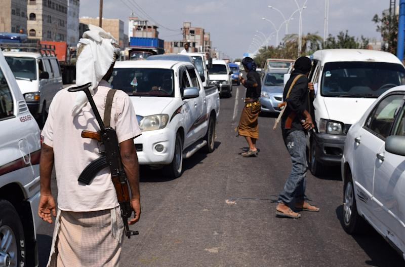 Fighters of the Popular Resistance Committees, supporting forces loyal to Yemen President Abedrabbo Mansour Hadi, patrol a street in Aden on December 7, 2015 (AFP Photo/Saleh Al-Obeidi)