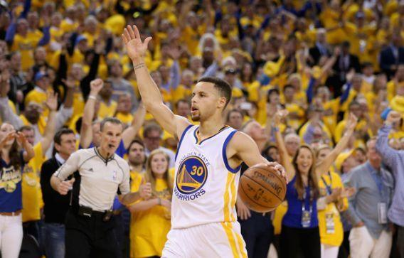 Stephen Curry feels the love of his fans (Ezra Shaw/ Getty Images).
