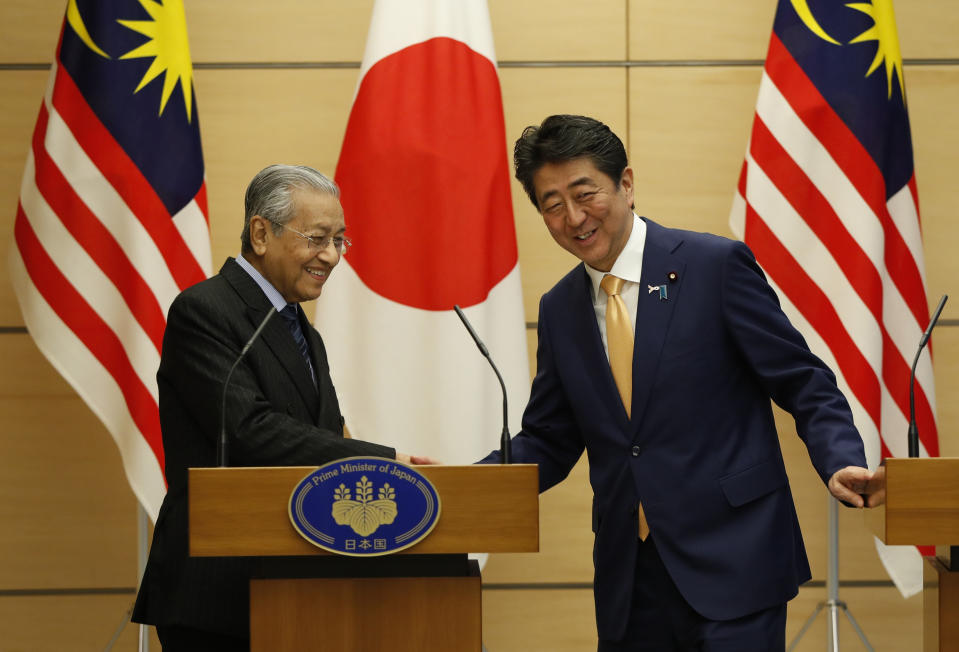 <p> Malaysia's Prime Minister Mahathir Mohamad exchanges smiles with Japan's Prime Minister Shinzo Abe at the end of their joint news conference at Abe's official residence in Tokyo, Tuesday, Nov. 6, 2018. (Issei Kato/Pool Photo via AP)</p>