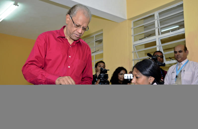 Navinchandra Ramgoolam votes at a polling station in Port Louis on December 10, 2014 (AFP Photo/Nicholas Larche)