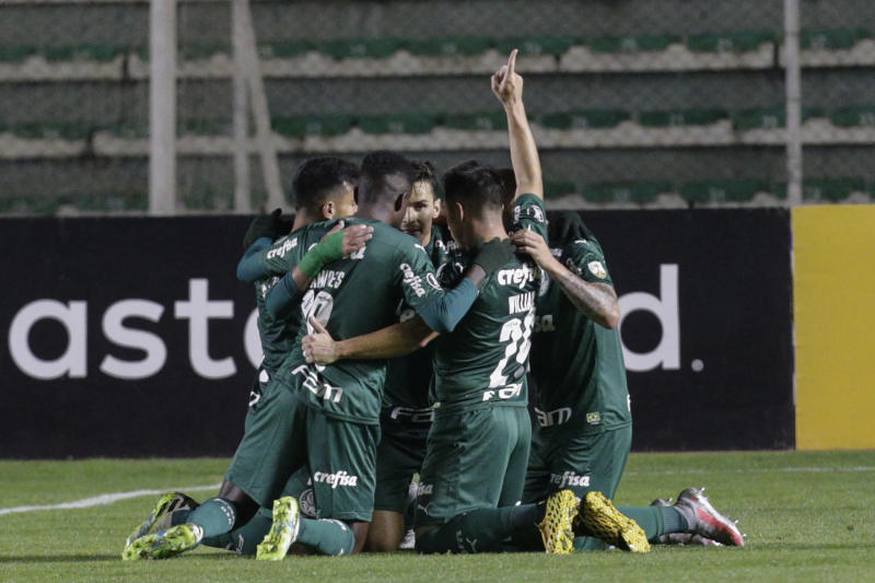 Brazil's Palmeiras forward Willian (2-R) celebrates with teammates after scoring against Bolivia's Bolivar during their closed-door Copa Libertadores group phase football match at the Hernando Siles Stadium in La Paz, on September 16, 2020, amid the COVID-19 novel coronavirus pandemic. (Photo by DAVID MERCADO / AFP) (Photo by DAVID MERCADO/AFP via Getty Images)
