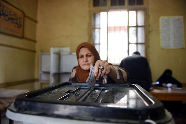 A woman casts her ballot at a polling station during the run-off in the second phase of Egypt's parliamentary elections in Shibin El-Kom in the Menufiya province, on December 1, 2015 (AFP Photo/Mohamed el-Shahed)