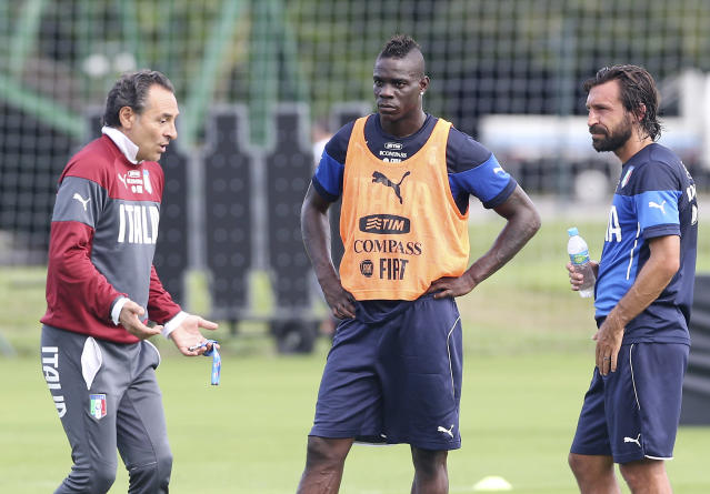 Italy's coach Cesare Prandelli, left, talks with his players Mario Balotelli, center, and Andrea Pirlo during a training session for the World Cup in Mangaratiba, Brazil, Wednesday, June 11, 2014. The international soccer tournament starts on Thursday. (AP Photo/Antonio Calanni)