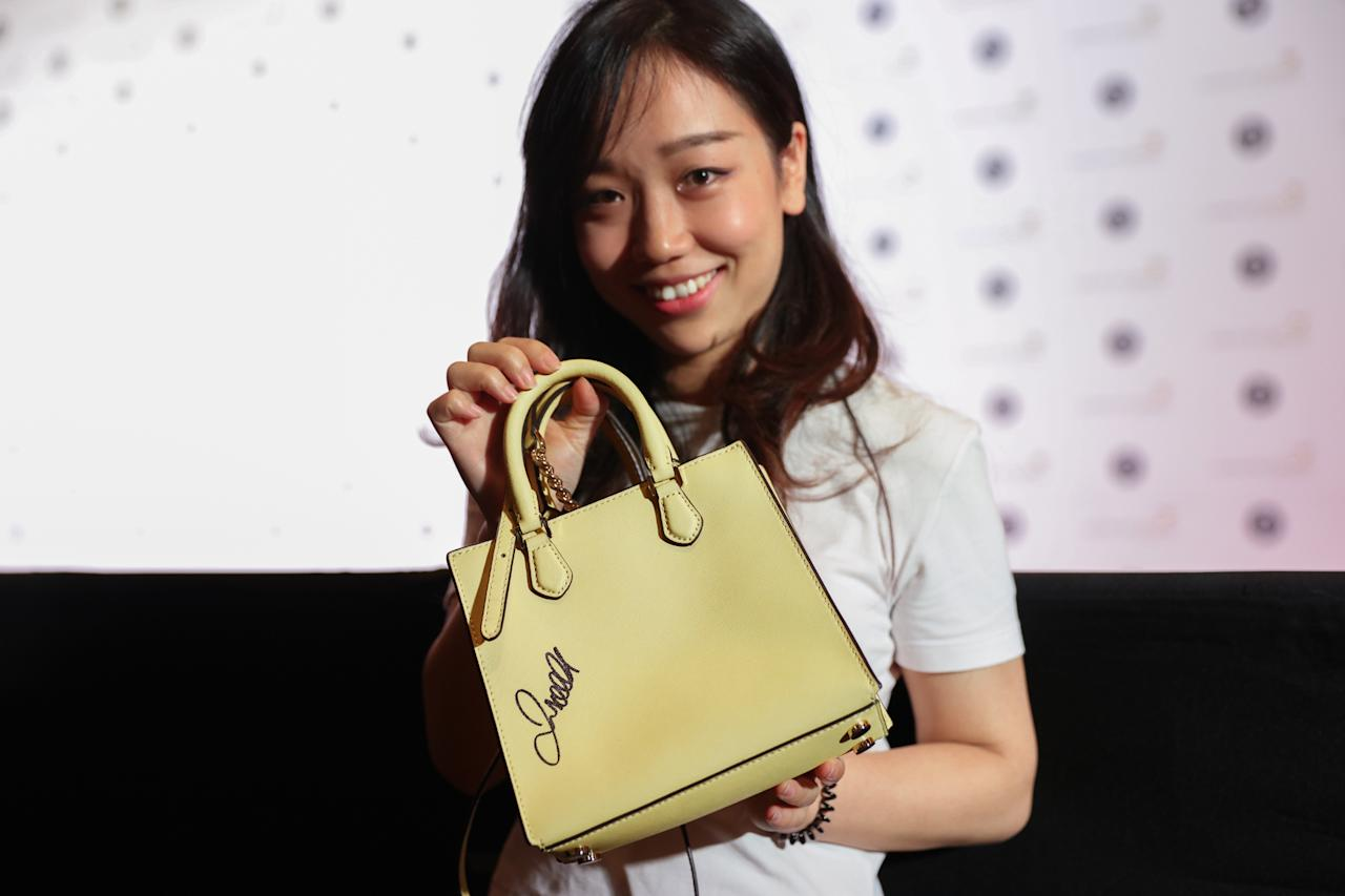 <p>A David Beckham fan holding up her handbag which he autographed during his walk on the red carpet at the 28th SGIFF Benefit Dinner at the Marina Bay Sands Expo & Convention Centre.<br /> (Photo: Don Wong for Yahoo Lifestyle Singapore) </p>