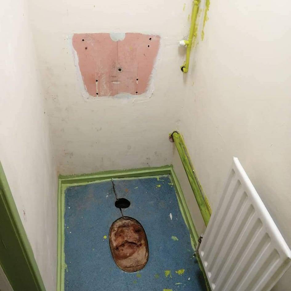 The toilet before was a blank canvas. (Supplied Latestdeals.co.uk)
