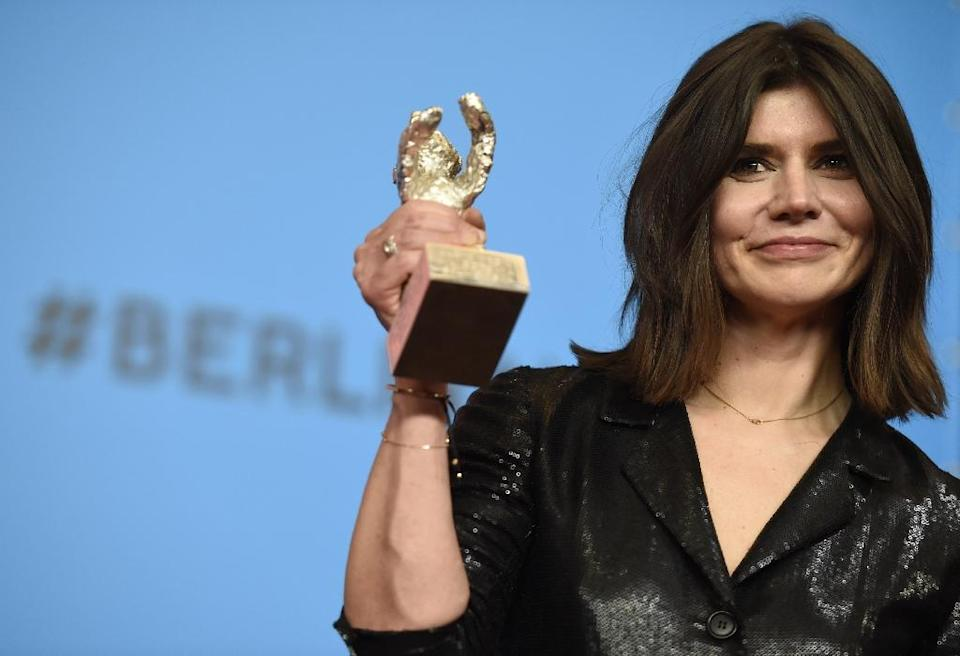Polish director, Malgorzata Szumowska, co-winner of the Silver Bear for Best Director, poses with the award for her movie 'Body', in Berlin, on February 14, 2015 (AFP Photo/Odd Andersen)