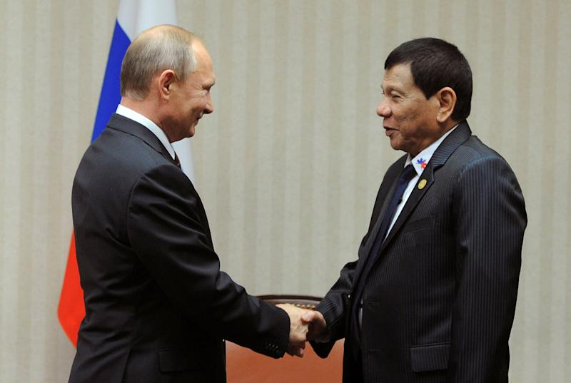 Russian President Vladimir Putin and Philippine President Rodrigo Duterte attend a meeting on the sidelines of the Asia-Pacific Economic Cooperation (APEC) Summit in Lima, Peru, November 19, 2016. Picture taken November 19, 2016. Sputnik/Kremlin/Mikhail Klimentyev via REUTERS ATTENTION EDITORS - THIS IMAGE WAS PROVIDED BY A THIRD PARTY. EDITORIAL USE ONLY.     TPX IMAGES OF THE DAY