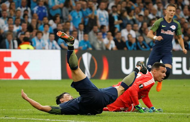 Soccer Football - Europa League Semi Final First Leg - Olympique de Marseille vs RB Salzburg - Orange Velodrome, Marseille, France - April 26, 2018 RB Salzburg's Hwang Hee-chan in action with Marseille's Yohann Pele REUTERS/Jean-Paul Pelissier