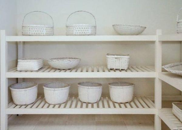 ▲ Baskets of different sizes for holding clothes are aligned along the shelves. There are many different types to choose from.