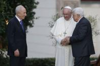 (L-R) Israeli President Shimon Peres, Pope Francis and Palestinian President Mahmoud Abbas talk after a prayer meeting at the Vatican June 8, 2014. REUTERS/Max Rossi