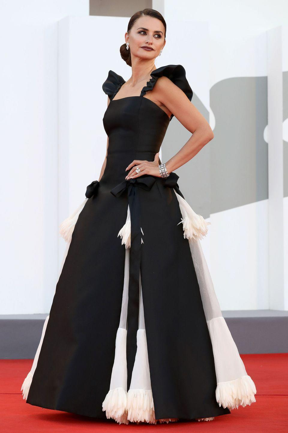 <p>Penelope Cruz looked effortless in a Chanel gown for the Madres Paralelas premiere. </p>