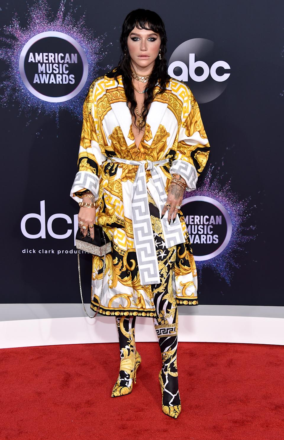 """<h1 class=""""title"""">Kesha in Versace, Hearts on Fire jewelry, and Csarite by Erica Courtney jewelry</h1><cite class=""""credit"""">Photo: Getty Images</cite>"""
