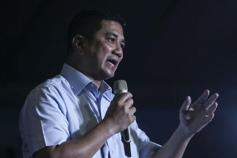 Azmin speaks during a Pakatan ceramah in Petaling Jaya. — Picture by Hari Anggara