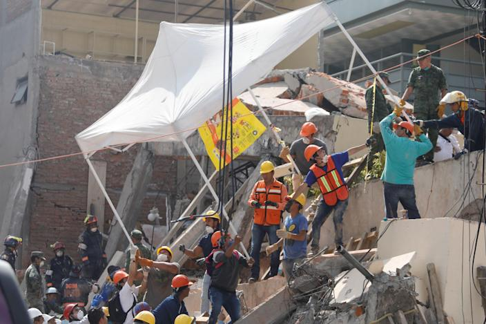 <p>Rescue workers transport a tent as they search for students through the rubble at Enrique Rebsamen school after an earthquake in Mexico City, Mexico, Sept. 20, 2017. (Photo: Edgard Garrido/Reuters) </p>