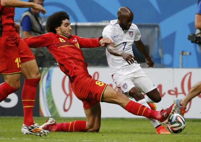 Belgium's Marouane Fellaini (L) fights for the ball with DaMarcus Beasley of the U.S. during their 2014 World Cup round of 16 game at the Fonte Nova arena in Salvador July 1, 2014. REUTERS/Sergio Moraes (BRAZIL - Tags: SOCCER SPORT WORLD CUP)