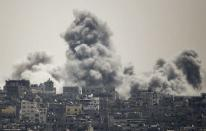 Smoke rises during an Israeli offensive in the east of Gaza City July 27, 2014. REUTERS/Ahmed Zakot