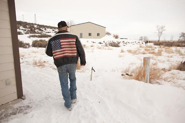 Duane Ehmer of Irrigon, Oregon, member of an armed anti-government militia, walks near a building at the Malheur National Wildlife Refuge Headquarters near Burns, Oregon on January 4, 2016 (AFP Photo/Rob Kerr)