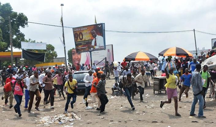 Protesters run after Democratic Republic of Congo's soldiers opened fire to disperse a crowd of demonstrators on January 20, 2015, in Kinshasa, during a protest against moves to allow the president to extend his hold on power (AFP Photo/Papy Mulongo)