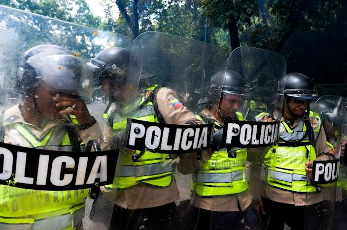 Riot police clash with students from the public Central University of Venezuela demanding a referendum on removing President Nicolas Maduro, in Caracas on June 9, 2016 (AFP Photo/Federico Parra)