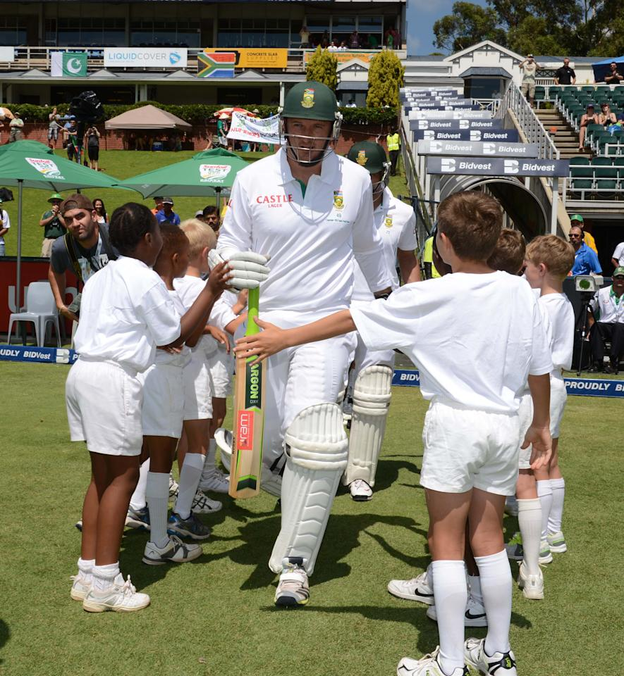 JOHANNESBURG, SOUTH AFRICA - FEBRUARY 01: (SOUTH AFRICA OUT) Graeme Smith of South Africa walks onto the feild during his 100th test as captain during day 1 of the first Test match between South Africa and Pakistan at Bidvest Wanderers Stadium on February 01, 2013 in Johannesburg, South Africa. (Photo by Lee Warren/Gallo Images/Getty Images)