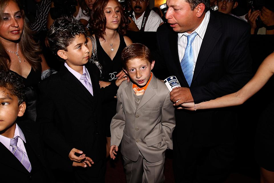 MEXICO CITY, MEXICO - JULY 21: Actor Octavio Ocana (C) and his family attend at the 39th edition of Diosas de Plata Awards on July 21, 2009 in Mexico City, Mexico. (Photo by Hector Vivas/Jam Media/LatinContent via Getty Images)