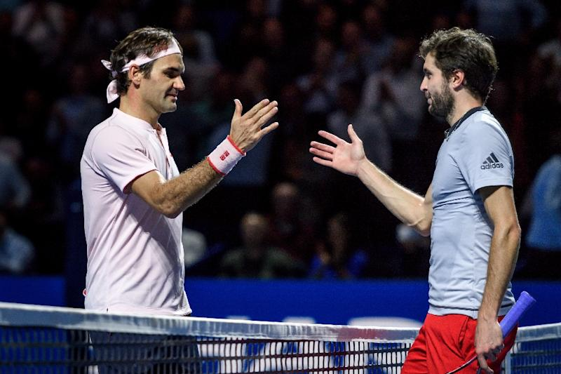 Federer battles past Simon to reach Swiss Indoors semi-finals