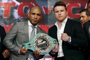 "Miguel Cotto (L) and Saul ""Canelo"" Alvarez pose at a news conference. (Reuters)"
