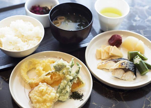 The usual food is available at the Japanese/Western buffet, as well as seasonal foods