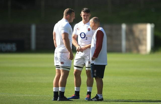 Eddie Jones talks to Sam Underhill (left) and Tom Curry (middle)