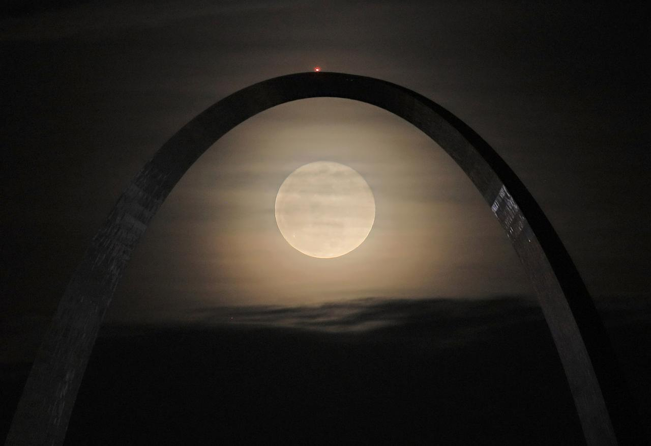 <p>A supermoon rises between the legs of the Arch in St. Louis, Missouri. (David Carson/St. Louis Post-Dispatch via AP) </p>