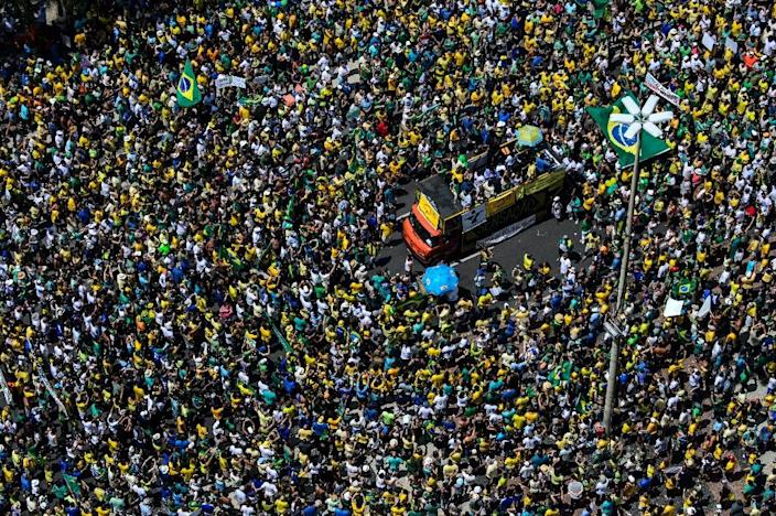 Demonstrators protest against the government of President Dilma Rousseff in Rio de Janeiro on March 15, 2015 (AFP Photo/Yasuyoshi Chiba)
