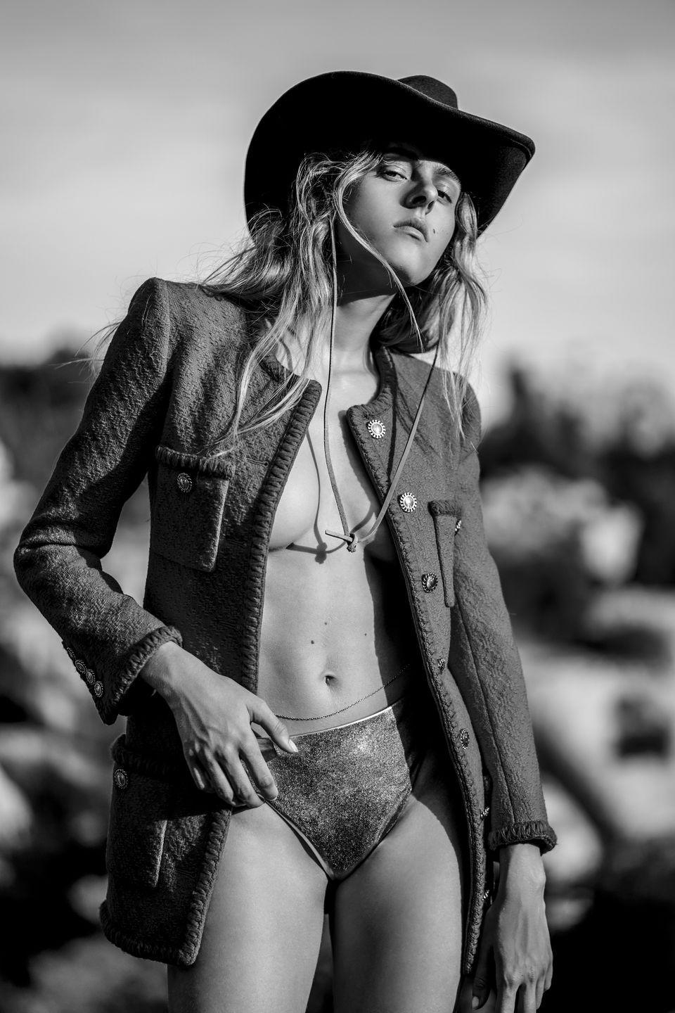 <p>Giacca in tweed di lana e slip metallizzato, <strong>Saint Laurent by Anthony Vaccarello</strong>, cappello western in feltro di lana <strong>Stetson</strong> (129 euro), catenina intorno alla vita vintage.</p>