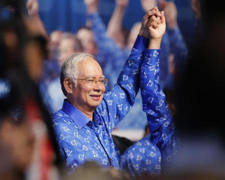 Malaysia's Prime Minister Najib Razak celebrates with his other party leaders after winning the elections at his party headquarters in Kuala Lumpur