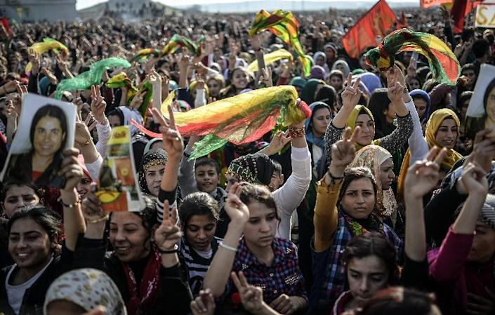 Kurdish people attend a celebration rally near the Turkish-Syrian border at Suruc, in Sanliurfa province on January 27, 2015 after Kurdish fighters expelled Islamic State group militants from the Syrian border town of Kobane (AFP Photo/Bulent Kilic)