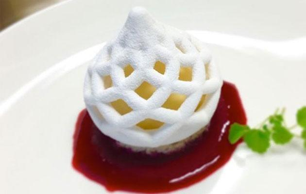 Lemon tart with a 3D printed sugar meshed crown and raspberry reduction. Photo: Webgram/3dChef