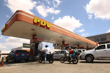 People with vehicles wait in line to refuel at a gas station of the state oil company PDVSA in Ciudad Guayana, Venezuela, May 17, 2019. REUTERS/William Urdaneta