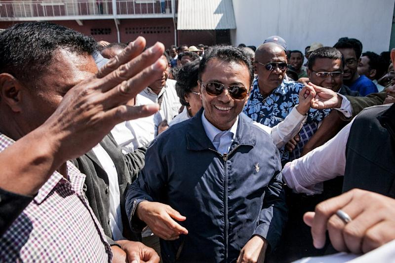 Marc Ravalomanana (C), former president of Madagascar who was in exile in South Africa since 2009, is greeted by supporters while returning to his home in Antananarivo on October 13, 2014 (AFP Photo/Rijasolo)