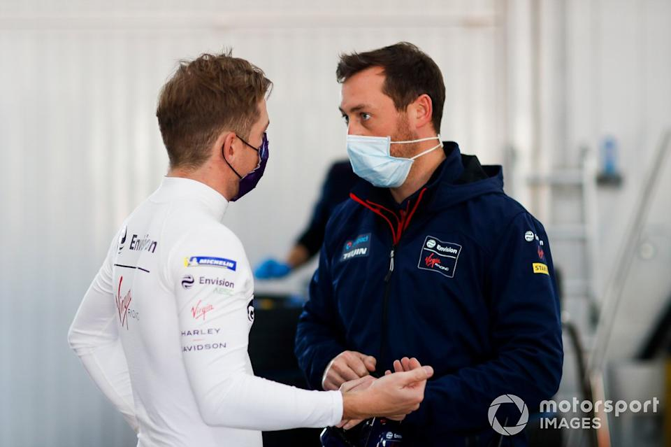 "Nick Cassidy, Envision Virgin Racing, talks to team<span class=""copyright"">Alastair Staley / Motorsport Images</span>"
