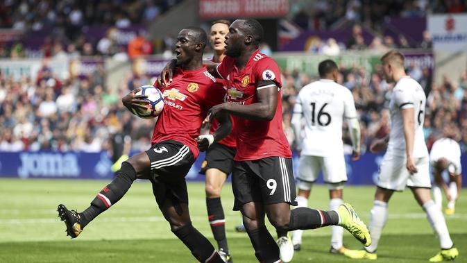 Bek Manchester United (MU), Eric Bailly (kiri) rayakan gol ke gawang Swansea City pada laga di Liberty Stadium, Sabtu (19/8/2017). (AP Photo/Nick Potts)
