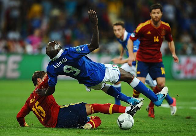 KIEV, UKRAINE - JULY 01: Sergio Ramos (L) of Spain slides in to tackle Mario Balotelli of Italy during the UEFA EURO 2012 final match between Spain and Italy at the Olympic Stadium on July 1, 2012 in Kiev, Ukraine. (Photo by Laurence Griffiths/Getty Images)