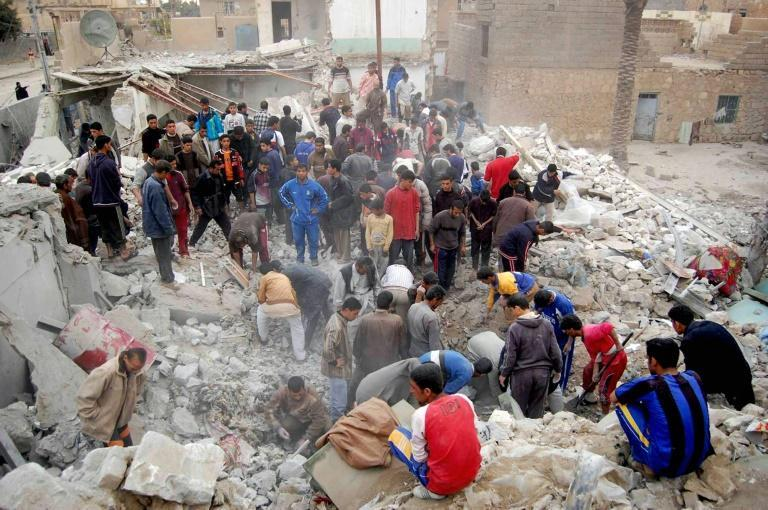 Iraqis search for survivors in the rubble of a bombed house in Ramadi on February 22, 2007 after an airstrike and battle between US Marines and insurgents (AFP/BASEM AL-ANBARI)