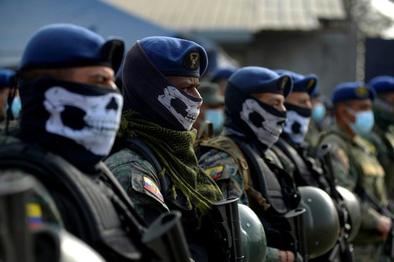 Soldiers on standby outside the prison in Guayaquil (AFP/Fernando Mendez)