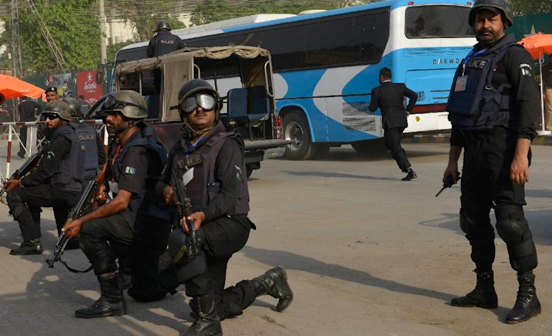 Pakistani police commandos escort a bus carrying Zimbabwe cricketers and team officials as they arrive for net practice at the Gaddafi Cricket Stadium in Lahore on May 21, 2015 (AFP Photo/Arif Ali)