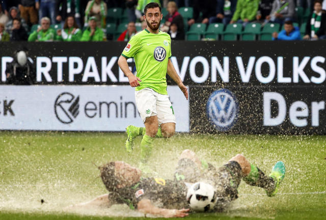 <p>Wolfsburg's Yunus Malli (back) in action against Moenchengladbach's Jannik Vestergaard (front) during the German Bundesliga soccer match between VfL Wolfsburg and Borussia Moenchengladbach in Wolfsburg, Germany, May 13, 2017. The match ended 1-1. (Photo: Felipe Trueba/EPA) </p>