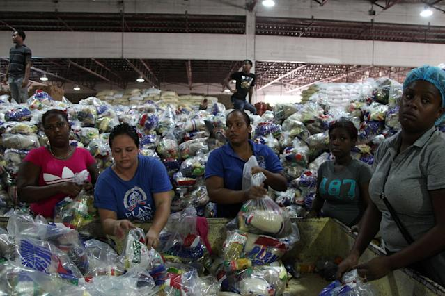 <p>Workers of the Social State Plan prepare food rations in preparation for Hurricane Maria in Santo Domingo, Dominican Republic, Sept. 19, 2017. (Photo: Ricardo Rojas/Reuters) </p>