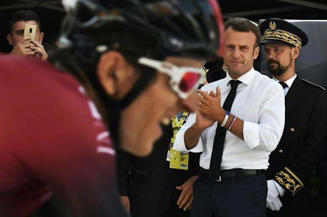 French President Emmanuel Macron clapping Geraint Thomas at Saturday's finish line. (AFP Photo/JEFF PACHOUD)