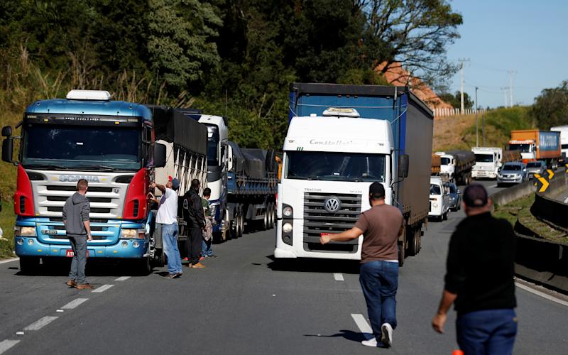 Brazilian truck drivers block the BR-116 highway with their trucks during a strike in Curitiba, Brazil May 21, 2018. REUTERS/Rodolfo Buhrer